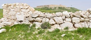 La pared Canaanite y la fortaleza israelita en el teléfono Arad en Israel fotos de archivo