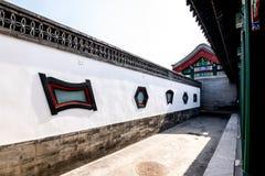 La pared china y el edificio icónicos viejos de los apuroses en el palacio de verano, Pekín fotos de archivo