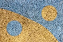 La pared de la casa, arreglada con yeso y pintada con dos tipos de pintura Azul y beige Concepto de yin-Yang fotografía de archivo