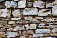 La pared de la casa vieja de salvaje y de la piedra caliza imágenes de archivo libres de regalías