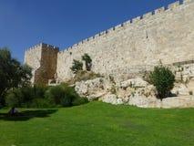 La pared de la fortaleza de la ciudad vieja en Jerusalén imagen de archivo