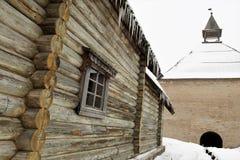 La pared de la iglesia rusa vieja en Staraya Ladoga y la torre de la fortaleza foto de archivo libre de regalías
