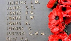 La pared de la amapola enumera los nombres de todos los australianos que murieron en el servicio de ejércitos Foto de archivo