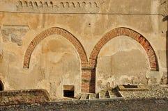 La pared de la calle con los arcos del renacimiento permanece Imágenes de archivo libres de regalías