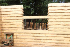 La pared de la casa con una capa del calentador puso de una barra fresca del pino Foto de archivo libre de regalías