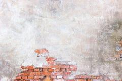 La pared de ladrillo con el yeso dañado, fondo rompió el sur del cemento Fotografía de archivo libre de regalías