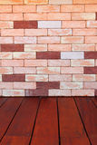 La pared de ladrillo de piedra moderna emergió Imágenes de archivo libres de regalías