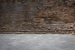 La pared de ladrillo del Grunge y el piso viejos del cemento resistieron a textura Imágenes de archivo libres de regalías