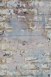 La pared de ladrillo pintada pastel pela y se descolora imagen de archivo