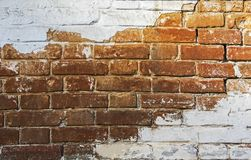 La pared de ladrillo se pinta con la pintura blanca foto de archivo libre de regalías