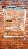 La pared de ladrillo, la ventana bricked, el ladrillo rojo del cemento viejo en el verano en la ciudad, un edificio se abandone q Imagen de archivo libre de regalías