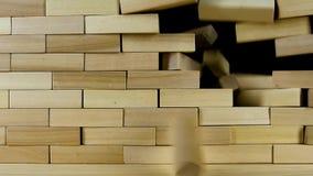 La pared de ladrillos de madera se rompe del impacto, cámara lenta metrajes