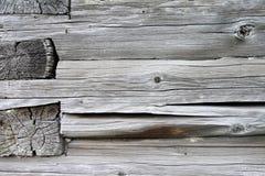 La pared de los viejos haces de madera en las grietas y las ramas Fotos de archivo libres de regalías