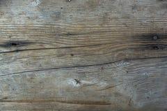 La pared de madera de Brown con las grietas y el clavo se pegan Foto de archivo libre de regalías