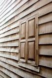 La pared de madera y la ventana Imagen de archivo libre de regalías