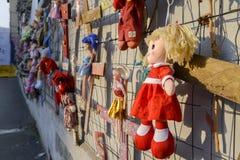 La pared de muñecas protesta en el distrito de Navigli que protesta contra violencia física y sexual femenina, en el mundo entero imágenes de archivo libres de regalías
