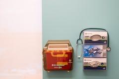 La pared de la oficina del doctor con médico recicla y caja de guantes imagen de archivo libre de regalías