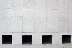 La pared de piedra con cuatro ventanas se cierra para arriba foto de archivo libre de regalías