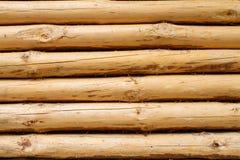 La pared de una pared de la cabaña de madera con textura y madera anuda exterior imagen de archivo