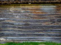 La pared de una choza del pueblo hecha de tableros de madera Material natural foto de archivo libre de regalías