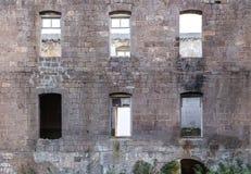 La pared de la vieja construcción derrumbada Imágenes de archivo libres de regalías