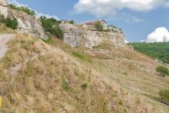 La pared defensiva externa de la ciudad antigua de la cueva de la col rizada de Chufut imagenes de archivo
