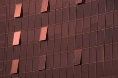 La pared del centro de negocios del skyskraper en el color del año 2019 - coral vivo imágenes de archivo libres de regalías