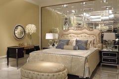La pared del espejo en el dormitorio Imagen de archivo libre de regalías
