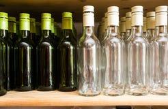 La pared del fondo de las botellas vacías de vino en de madera deja de lado fotografía de archivo libre de regalías