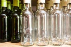 La pared del fondo de las botellas vacías de vino en de madera deja de lado fotos de archivo