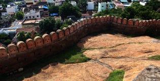 La pared del fuerte con paisaje de las casas Foto de archivo libre de regalías