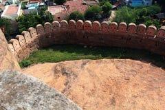 La pared del fuerte con paisaje de las casas Fotos de archivo