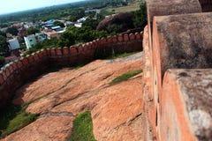 La pared del fuerte con paisaje de las casas Imagen de archivo