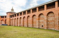 La pared del Kolomna el Kremlin y Granovitaya se elevan Foto de archivo libre de regalías