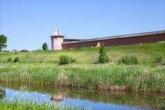 La pared del monasterio viejo en la orilla del río Imagen de archivo libre de regalías