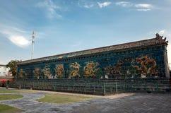La pared esmaltada nueve dragones de la teja Imágenes de archivo libres de regalías