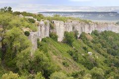 La pared externa de la ciudad antigua de la cueva de la col rizada de Chufut, de un destino turístico, con los turistas y los via imagen de archivo libre de regalías