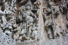 La pared externa del templo de Hoysaleswara talló con la escultura del shiva del señor bajo la forma de Bhairava Fotos de archivo libres de regalías