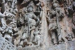La pared externa del templo de Hoysaleswara talló con la escultura del shiva del señor como Bhairava Fotos de archivo libres de regalías