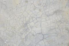 La pared gris vieja rompió el hormigón Fotos de archivo