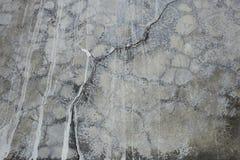 La pared gris vieja rompió el hormigón Foto de archivo libre de regalías