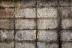 La pared hecha de bloques de cemento no pinta sobre el yeso y las manchas del agua son causadas por la pared vieja fotografía de archivo