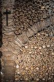 La pared hecha de huesos y de cráneos humanos Fotos de archivo