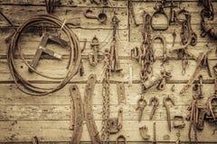La pared llenó de las herramientas viejas que colgaban en la pared Fotografía de archivo libre de regalías