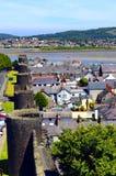 La pared medieval histórica de la ciudad que rodea la ciudad de Conwy fotos de archivo