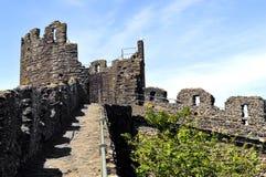 La pared medieval histórica de la ciudad que rodea la ciudad de Conwy fotos de archivo libres de regalías