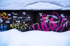 La pared pintada colorida ingeniosa en invierno imagen de archivo