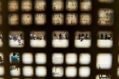 La pared que se lamenta, Jerusalén, con rezos, a través de barras Imagen de archivo