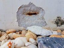 La pared quebrada en el piso con adorna la piedra Foto de archivo libre de regalías