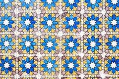 La pared vieja con la decoración portuguesa tradicional teja azulezhu en tonos azules, amarillos y marrones imagen de archivo libre de regalías